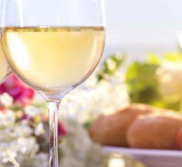 The Perfect Sunny Weather Sips – Light Wines to Match Summer Dining
